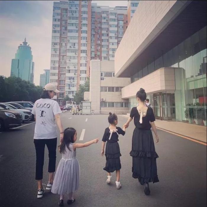 Tuy chỉ là được chụp từ phía sau nhưng cư dân mạng đã mạnh dạn dự đoán tương lai Điềm Hinh sẽ trở thành một mỹ nhân xinh đẹp với vóc dáng chuẩn người mẫu giống mẹ của mình.