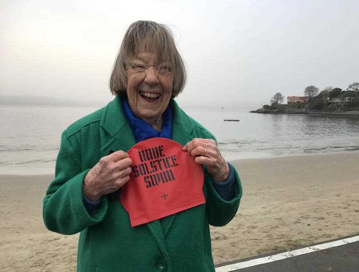 Bà Joy Walter phấn khích khi tham gia sự kiện bơi khỏa thân mừng đông chí. Ảnh: AAP