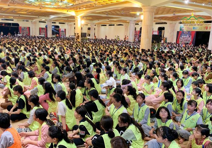 Hình ảnh hàng nghìn học sinh tham gia khoá tu học hè tại chùa Ba Vàng.