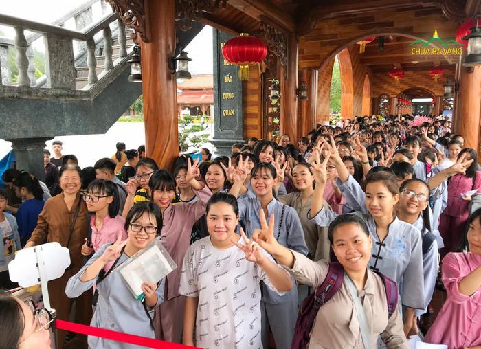 Hình ảnh hàng nghìn học sinh đăng ký học khoá tu tập mùa hè.