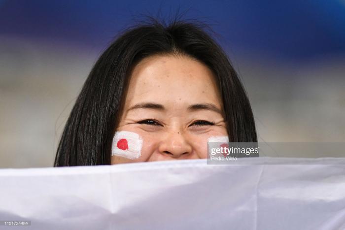 Một CĐV Nhật Bản vẫn giữ được nụ cười tươi trước óng kinh dù đội nhà chính thức bị loại.