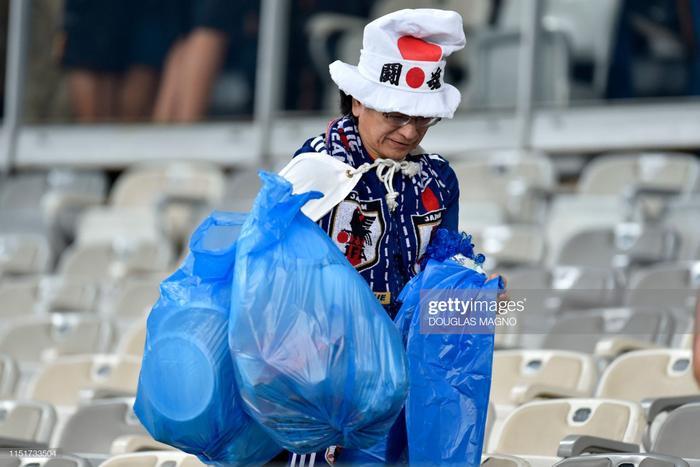 Trên gương mặt của vị CĐV này vẫn còn một chút buồn sau thất bại của đội nhà. Tuy nhiên hành động đẹp này cũng giúp Nhật Bản để lại ấn tượng đẹp trong mắt bạn bè quốc tế.