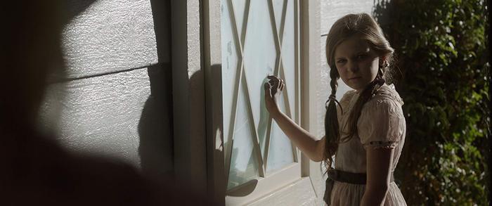 """Bee (Samara Lee), chủ nhân của Annabelle từng xuất hiện trong """"Annabelle: Creation"""" nay tìm đến nhà Warren để chơi với Annabelle."""