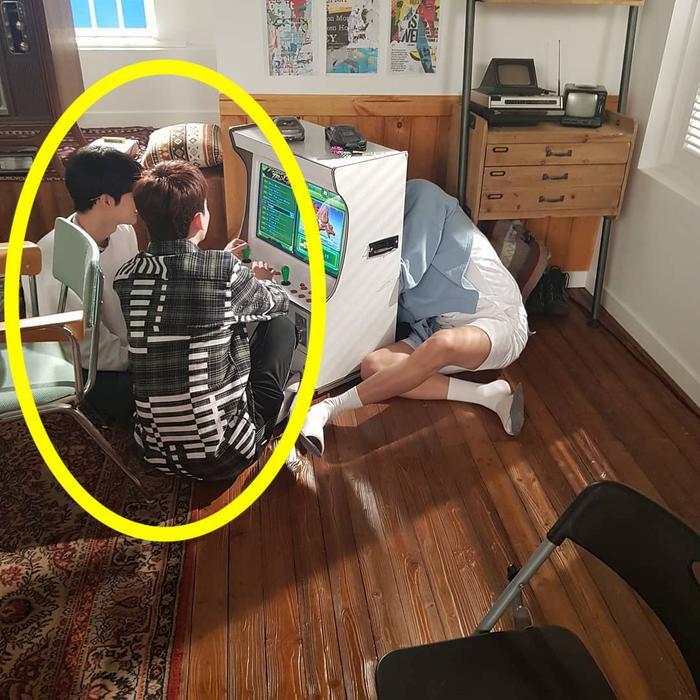 Fan xác định hai thành viên cùng xuất hiện trong hình là Suho và Chen.