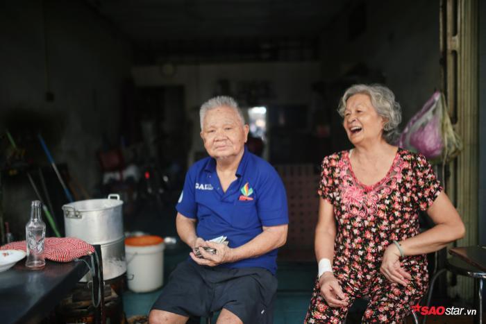 Ông Út và bà Tám đã có gần 60 năm bên cạnh món ăn lạ này.