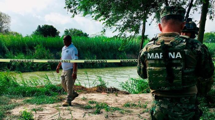 Chính quyền Mexico đi dọc theo bờ sông Rio Grande, nơi tìm thấy thi thể của hai cha con.