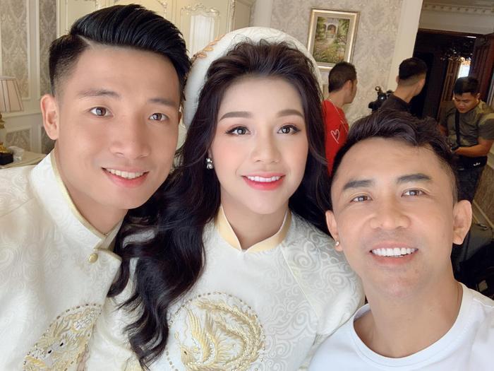 Được biết, người đảm nhận việc trang điểm cho cặp đôi là chuyên gia Tony Nguyễn. Anh cũng từng được không ít nghệ sĩ tín nhiệm. Chuyên gia trang điểm Tony Nguyễn rất 'mát tay' khi make up đám cưới cho nhiều sao Việt.