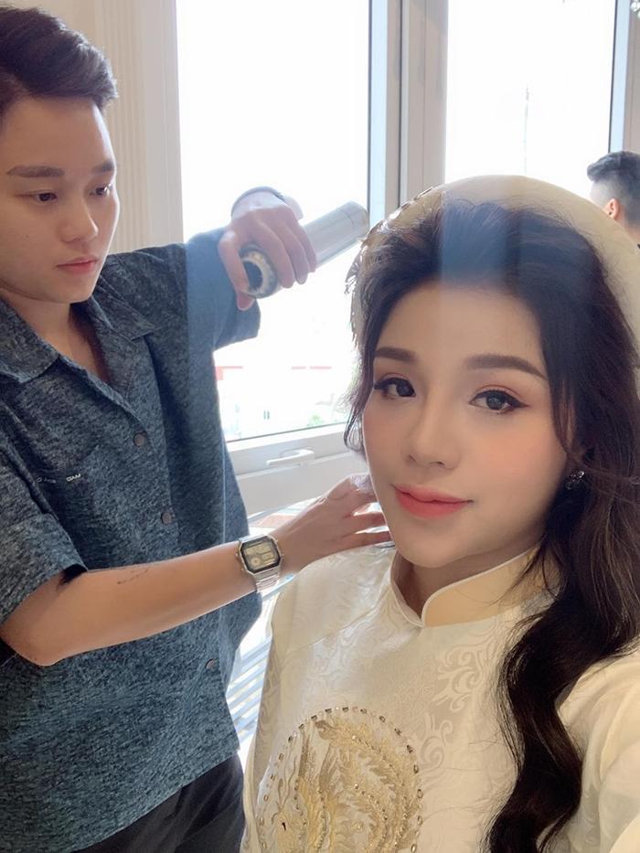 Theo đó, nhan sắc của cô dâu cũng tạo được sự chú ý rất lớn. Diện áo dài nên người đẹp được trang điểm theo tông tự nhiên, nhấn mắt nước và mái tóc xõa dài.