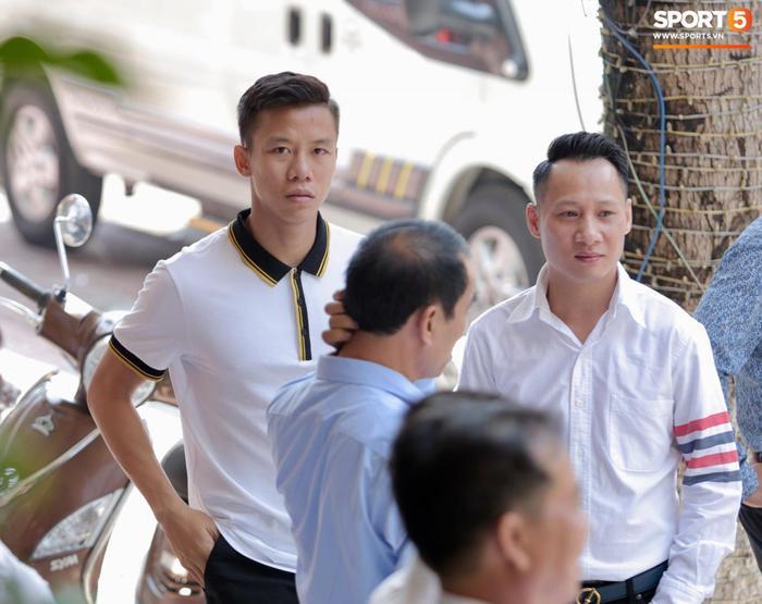 Lễ ăn hỏi có sự tham gia của nhiều đồng đội như Quế Ngọc Hải, Trọng Hoàng, Vũ Minh Tuấn, cựu cầu thủ Ngọc Anh và danh thủ Đặng Phương Nam.