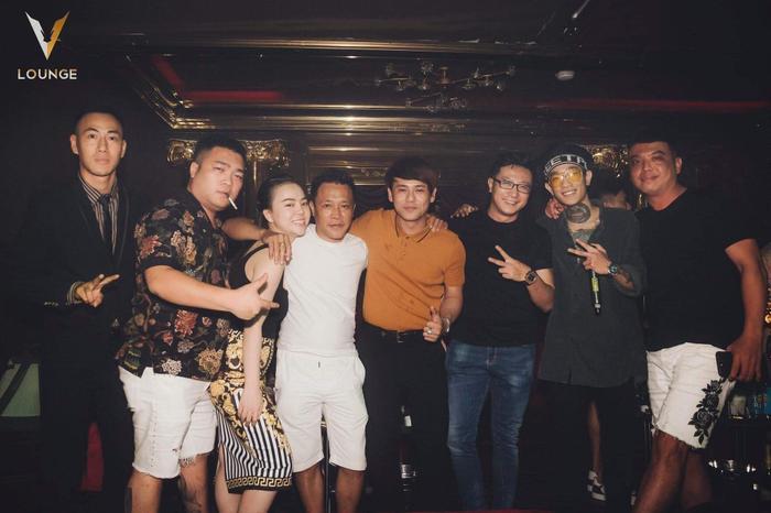 Ca sĩ Ưng Đại Vệ cùng hội bạn.