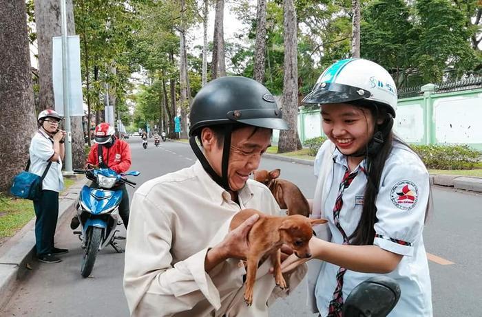 Khi nhìn thấy 2 chú chó nhỏ, nữ sinh không khỏi thích thú và vui mừng. Ảnh: Vũ Huy Anh