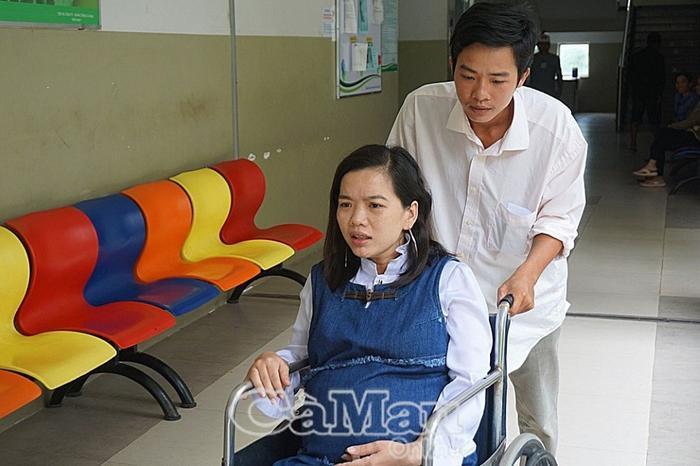 Chị Mộng Nhi được chồng dìu đến bệnh viện. Ảnh: báo Cà Mau.