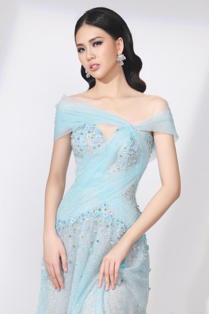 Với chiếc váy xanh nhẹ nhàng, người đẹp trông cực kỳ dịu dàng, thanh tao khi khoe được làn da trắng mịn màng.