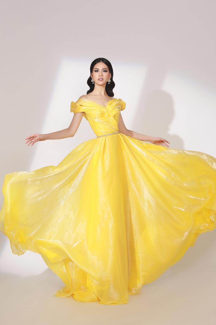"""Trong một shoot ảnh, giải Vàng Siêu mẫu được chọn thể hiện chiếc váy vàng xòe bềnh bồng. Cô ngay lập tức """"thi triển"""" kiểu pose dáng tung tà váy ấn tượng."""
