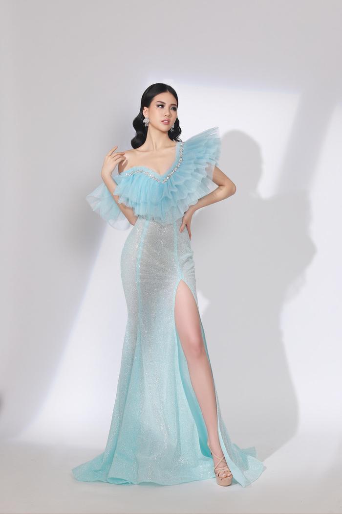 Với chiếc váy ôm sát có đường xẻ cao bất tận, chân dài trông cực kỳ quyến rũ, cuốn hút.