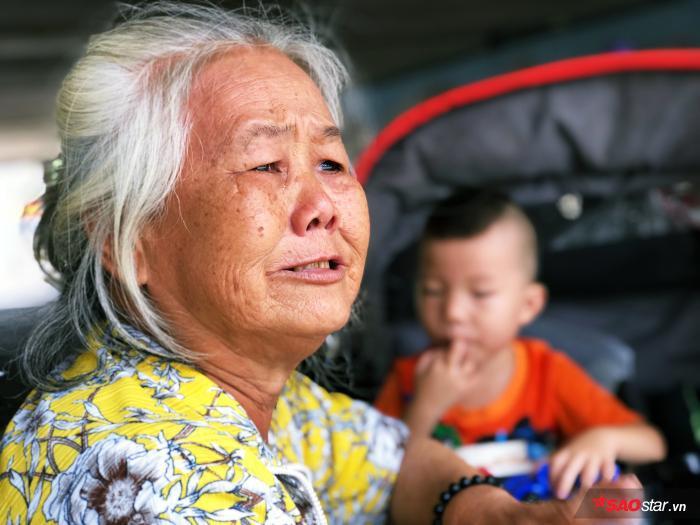 Ba bà cháu ngày ngày lặng lẽ bán vé số để sống qua ngày dưới chân cầu Hậu Giang (Q.6, TP.HCM).