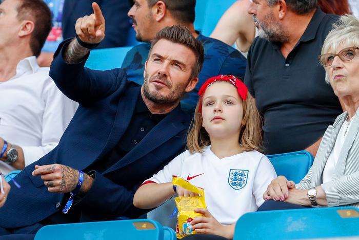 Dù chỉ là đi xem trận đấu cùng con gái thế nhưng David Beckham vẫn rất bảnh bao và chỉnh chu với áo sơ mi đen cài nút cùng áo vest màu xanh mực khoác ngoài
