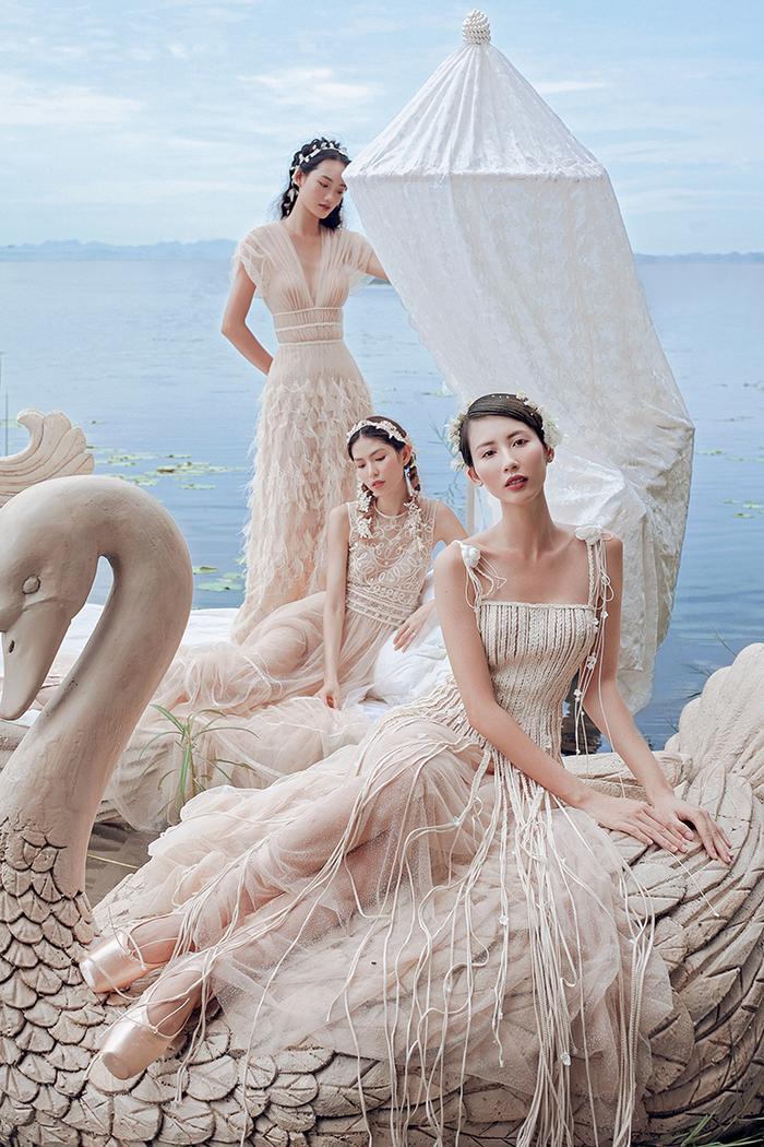 Bộ sưu tập sử dụng chất liệu xuyên thấu nhằm tôn lên đường nét gợi cảm của phái đẹp.
