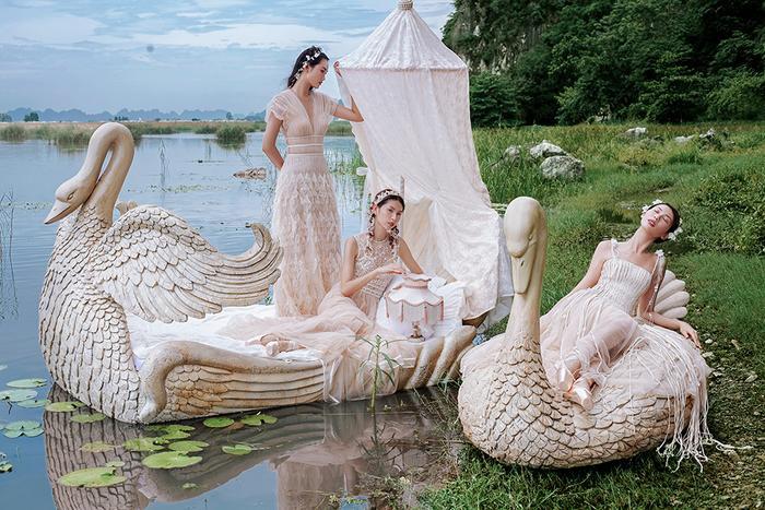 Chiếc váy hai dây của Hằng Nguyễn trở nên hút mắt nhờ kết hợp vải sợi tự nhiên và nhấn nhá hoa 3D. Thiết kế xẻ ngực của Quỳnh Anh được nhà thiết kế điểm xuyến các sớ vải tua rua mềm mịn.