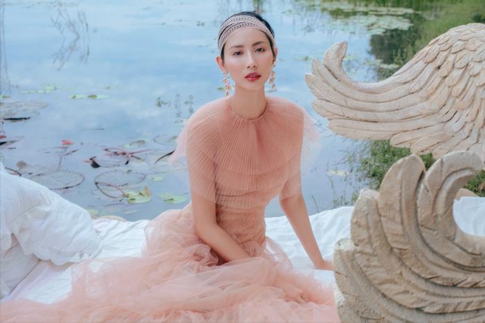 Kỹ thuật dập ly tỉ mỉ trên nền vải xuyên thấu mang đến cảm giác nhẹ nhàng, bay bổng cho trang phục của Hằng Nguyễn và Thùy Dương.