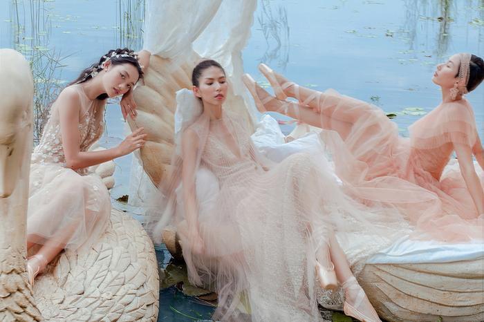 Tông màu chủ đạo của bộ sưu tập lần này là những gam màu trung tính, nhẹ nhàng như trắng, đen, be, hồng pastel. Những bông hoa 3D đính kết cầu kỳ giúp chiếc váy của Quỳnh Anh thêm điệu đà.