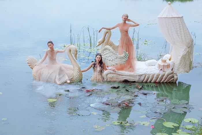 Bộ 3 chân dài hóa tiên nữ mơ màng trong những thiết kế xuyên thấu đẹp mê hồn ảnh 8