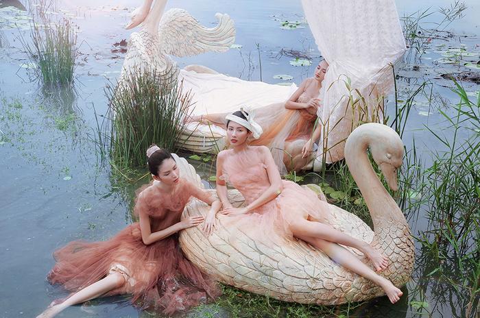 Ba nữ người mẫu tạo dáng giữa không gian thơ mộng, trong trẻo của nước và núi đá vôi trên đầm Vân Long, Ninh Bình.