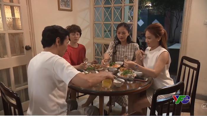 Ông Sơn cùng 3 con gái quây quần bên mâm cơm gia đình