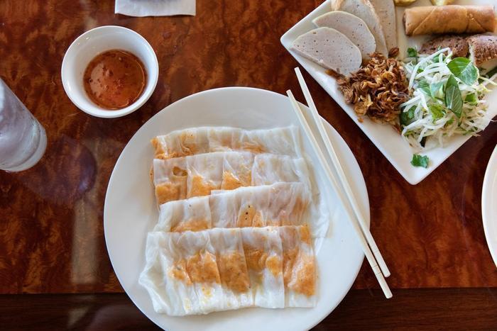 Món bánh cuốn được bán ở quán Bánh Cuốn Lưu Luyến, một quán ăn tại Quận Cam, California.