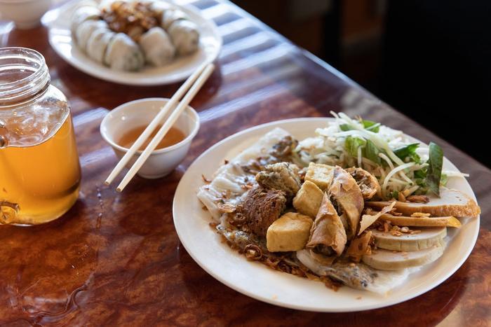 Ở quán Bánh Cuốn Lưu Luyến, đầy đủ các loại topping được đặt lên các gói bánh để tạo điểm mới lạ cho món bánh cuốn.