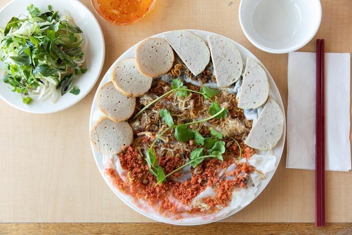 Tại quán Hồng Hương thuộc khu Garden Grove, bánh cuốn được phục vụ theo cách truyền thống nhưng bày trí một chút khác biệt, tạo điểm nhấn cho đĩa ăn.