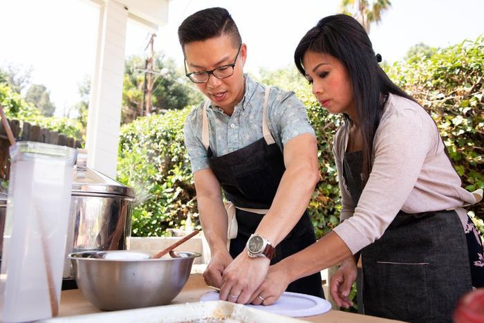 Anh Hong Pham cùng vợ mình là chị Kim tại lớp học làm bánh cuốn, giúp nhiều người khác tiếp cận được kỹ thuật làm nên món ăn này và cũng nhằm quảng bá món ăn Việt cho bạn bè thế giới.