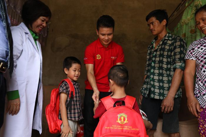 Quang Hải đã cùng đoàn bác sĩ của NutiFood và Hội Y tế công cộng TP.HCM đến thăm gia đình bé Trần Phi Hùng (4 tuổi), ở khu 3 xã Mỹ Luông.