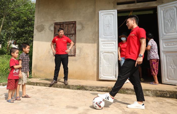 Quang Hải truyền cảm hứng cho những em bé có hoàn cảnh khó khăn muốn trở thành cầu thủ.