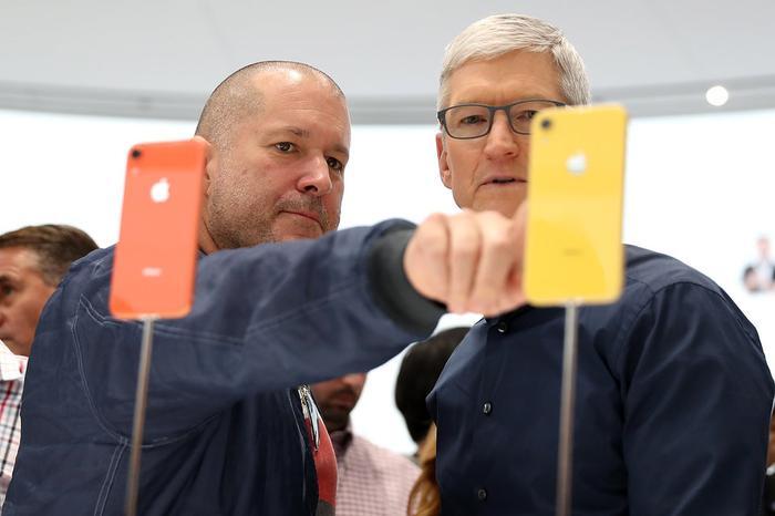 Đến tận hiện tại, Ive vẫn là người giám sát mảng sáng tạo của Apple. Ông cùng CEO Tim Cook đã giới thiệu nhiều sản phẩm mới, ví dụ như đồng hồ thông minh Apple Watch.