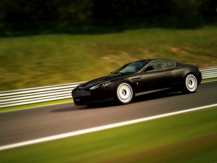 Aston Martin DB9 cũng là một chiếc xe Ive từng sở hữu. Ông từng gặp tai nạn với nó gần San Bruno, California.
