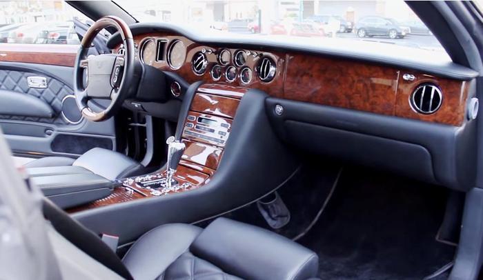 Chiếc xe tiếp theo ông mua là Bentley Brooklands màu trắng.