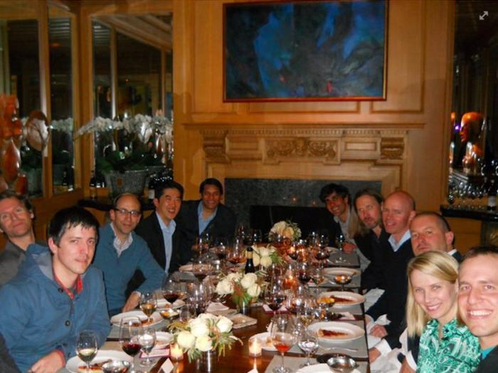 CEO Yahoo Marissa Mayer cũng là một người bạn thân của ông. Đây là hình ảnh hai người dùng bữa tối năm 2013.