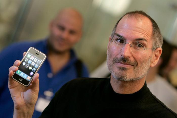 Ive cũng là người dẫn dắt đội ngũ thiết kế iPod, iPhone và sau đó là iPad.
