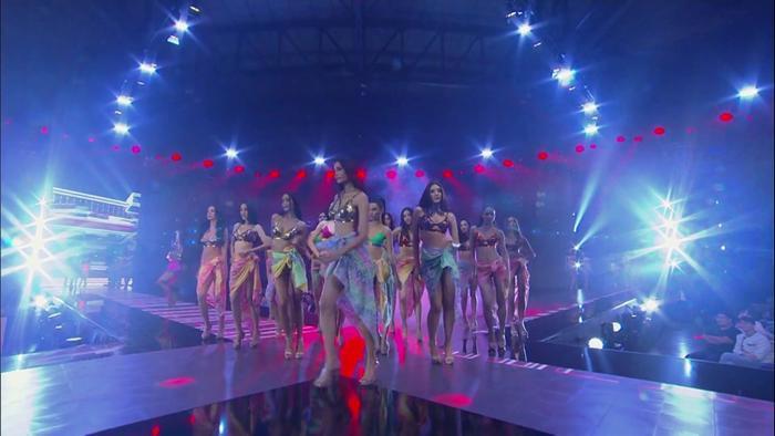 Các thí sinh sải bước trên sàn diễn trong trang phục bikini