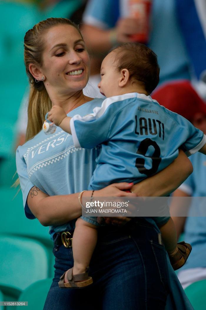 Sofia Balbi được đánh giá là một trong những nàng Wags quyến rũ rất của ĐT Uruguay. Tuy năm nay đã gần 30 tuổi, cùng với việc đã hạ sinh cho Suarez 3 người con nhưng Sofia vẫn giữ được vẻ đẹp bốc lửa như thời thiếu nữ.