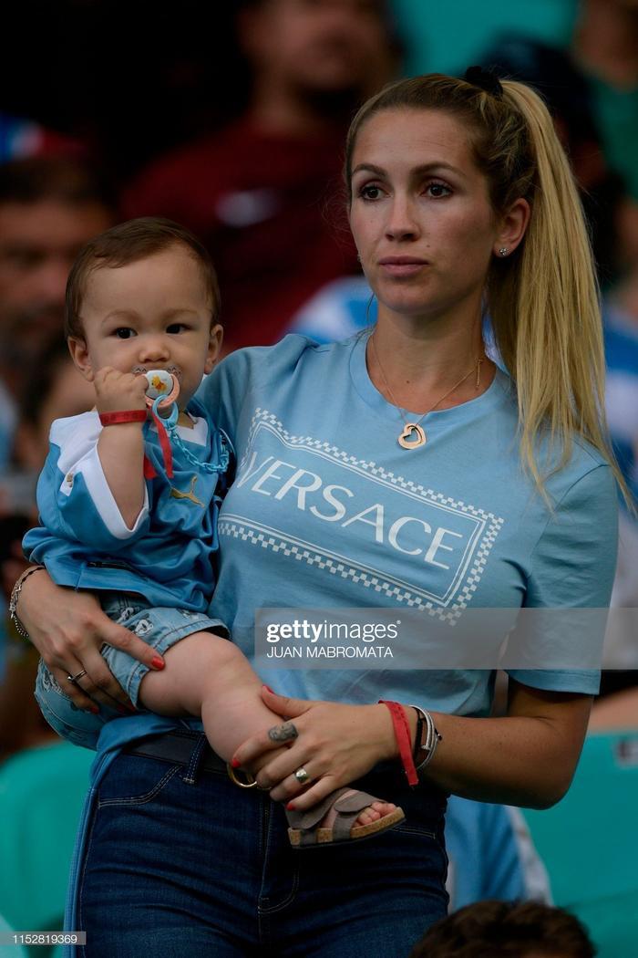 Chứng kiến những giọt nước mắt của chồng trên sân, Sofia không khỏi xúc động và bàng hoàng. Cô và cậu con trai 8 tháng, Lautaro đứng ngồi không yên, lặng nhìn theo Suarez cho tới khi bước vào đường hầm.