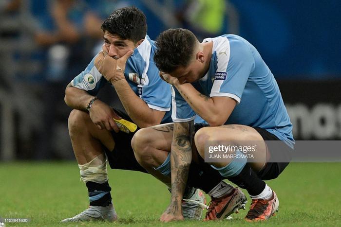 Suarez và đồng đội khóc trong sự cay đắng vì thua đội bóng yếu hơn là Peru. Đây có thể là lần cuối cùng Luis Suarez xuất hiện trong màu áo ĐT Uruguay. Theo The Sun, sau Copa America 2019, ngôi sao này sẽ từ giã sự nghiệp sân có.