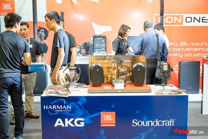 Ngoài tai nghe và các thiết bị DAC Amp, Headphile Show 2019 còn có sự xuất hiện của nhiều mẫu máy nghe nhạc, loa di động, soundbar, loa trình diễn mới nhất