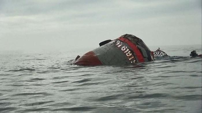 Tàu cá của ngư dân Nghệ An bị chìm trên biển khiến 1 người chết và 9 người mất tích. Ảnh: báo ANTĐ.
