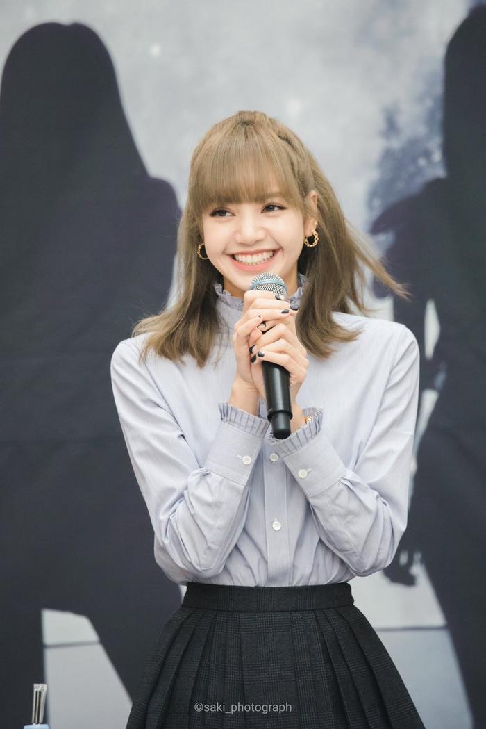 Lisa vô cùng xinh đẹp và rạng ngời khi xuất hiện tại fansign cùng bộ trang phục khá là đơn giản