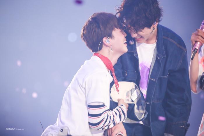Hai anh em Jimin và Jungkook thân thiết trên sân khấu.