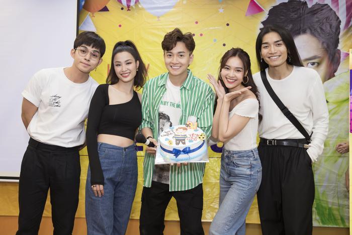 Jun Phạm, Đông Nhi, Ninh Dương Lan Ngọc và BB Trần đều có mặt để chúc mừng sinh nhật Ngô Kiến Huy.