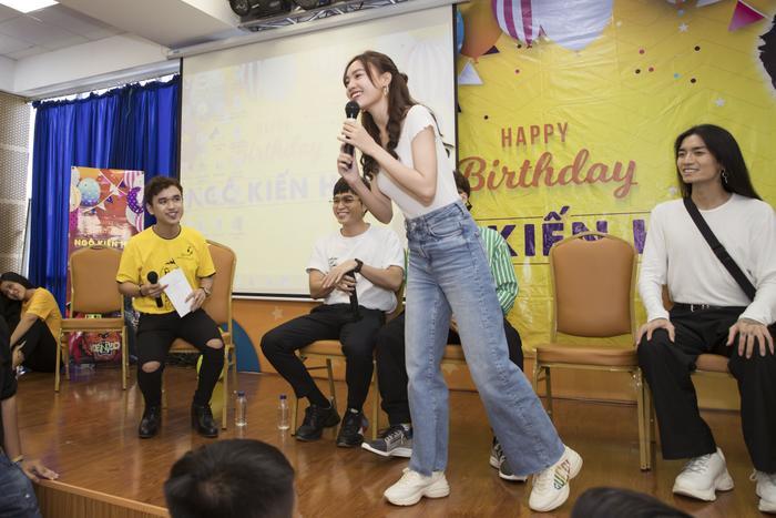 """Ninh Dương Lan Ngọc còn trổ tài """"bắn rap"""" trong tiệc sinh nhật của Ngô Kiến Huy."""