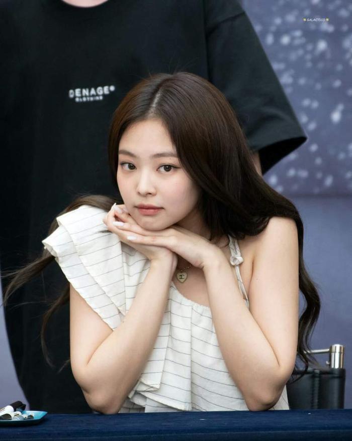 """Phản ứng của Jennie khi bị master fansite """"lơ"""" đẹp gây chú ý"""